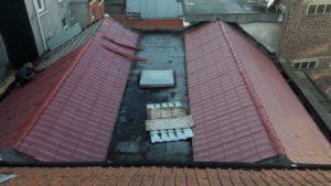 Rénovation de toiture: retrait de vieux matériaux de toiture