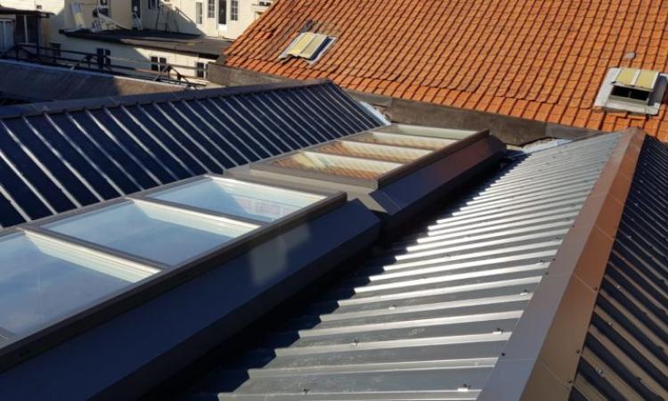 Kan ik een hellend dak vervangen door een plat dak?